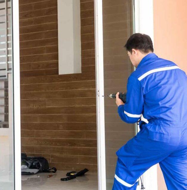 Monteur repariert Tür